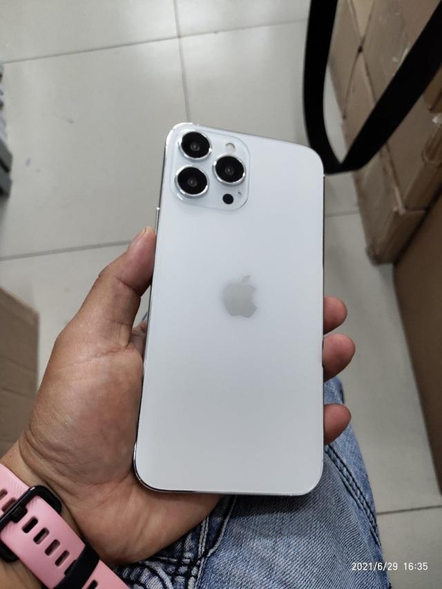 Rò rỉ hình ảnh 3D của iPhone 13: Cụm camera chéo nhau, tai thỏ đã có sự thay đổi - Ảnh 2.