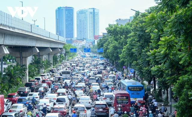 Nới lỏng một số hoạt động, đường phố Hà Nội lại tái diễn cảnh tắc nghẽn - Ảnh 1.