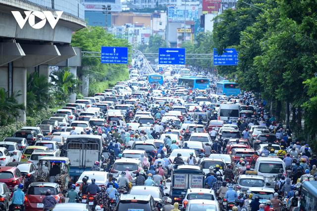 Nới lỏng một số hoạt động, đường phố Hà Nội lại tái diễn cảnh tắc nghẽn - Ảnh 2.
