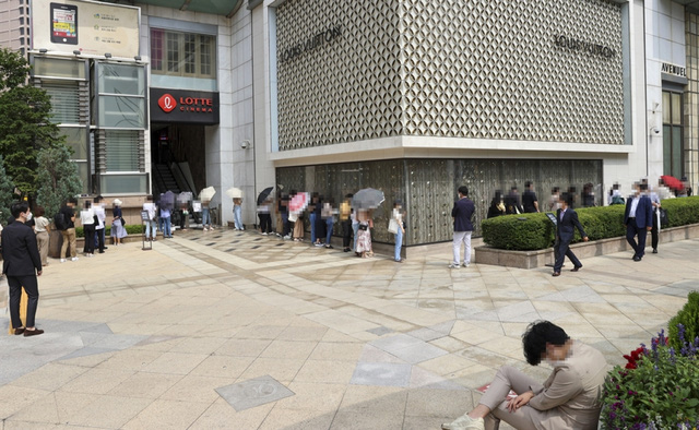 Lo tăng giá, tín đồ hàng hiệu ở Hàn Quốc đổ xô mua đồ Chanel - Ảnh 1.