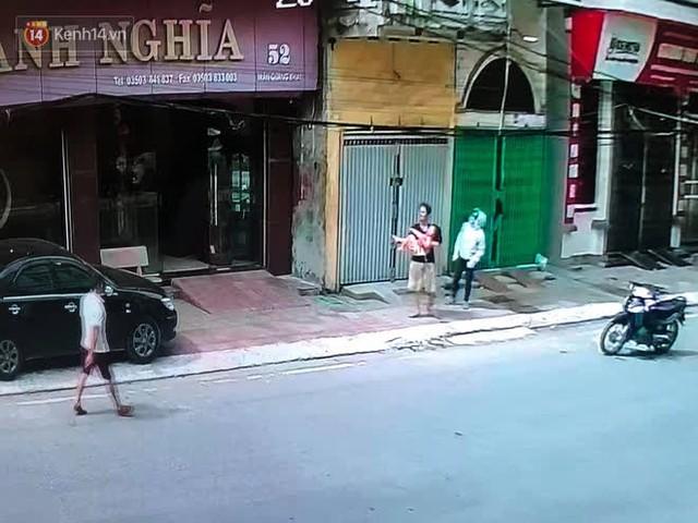 Người đàn ông đi xe đạp kể lại khoảnh khắc cứu sống bé gái rơi từ tầng 2: Giây phút cứu cháu bé, tôi đã coi cháu là con mình - Ảnh 2.