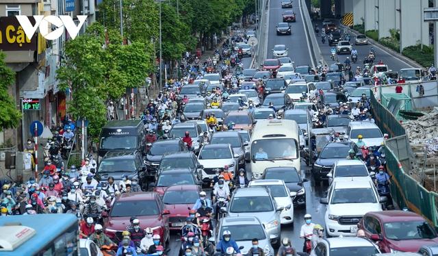 Nới lỏng một số hoạt động, đường phố Hà Nội lại tái diễn cảnh tắc nghẽn - Ảnh 11.
