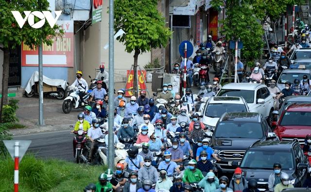Nới lỏng một số hoạt động, đường phố Hà Nội lại tái diễn cảnh tắc nghẽn - Ảnh 12.