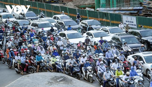 Nới lỏng một số hoạt động, đường phố Hà Nội lại tái diễn cảnh tắc nghẽn - Ảnh 13.