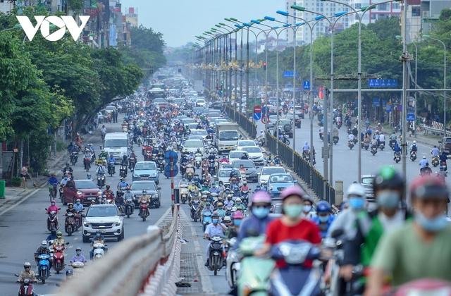 Nới lỏng một số hoạt động, đường phố Hà Nội lại tái diễn cảnh tắc nghẽn - Ảnh 14.