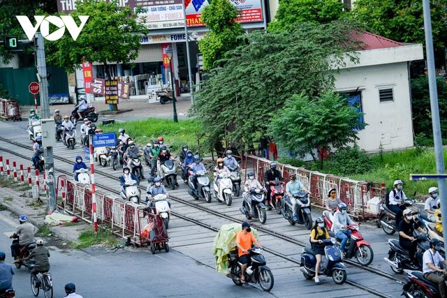 Nới lỏng một số hoạt động, đường phố Hà Nội lại tái diễn cảnh tắc nghẽn - Ảnh 15.