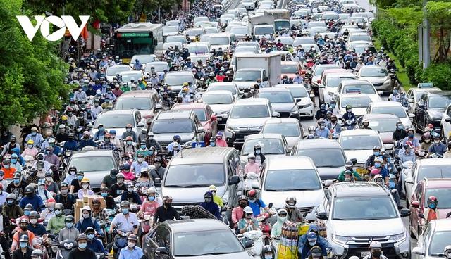 Nới lỏng một số hoạt động, đường phố Hà Nội lại tái diễn cảnh tắc nghẽn - Ảnh 3.