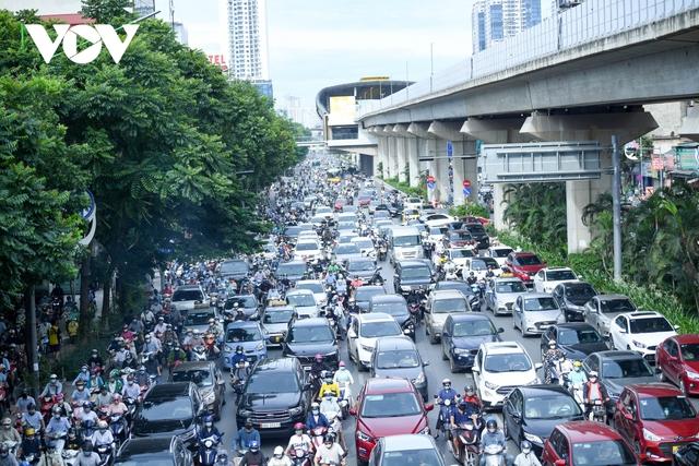 Nới lỏng một số hoạt động, đường phố Hà Nội lại tái diễn cảnh tắc nghẽn - Ảnh 4.