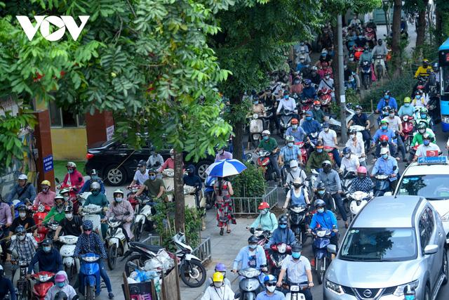 Nới lỏng một số hoạt động, đường phố Hà Nội lại tái diễn cảnh tắc nghẽn - Ảnh 5.