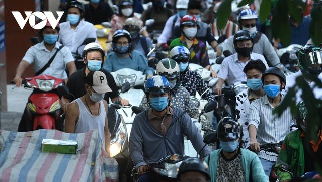 Nới lỏng một số hoạt động, đường phố Hà Nội lại tái diễn cảnh tắc nghẽn - Ảnh 6.