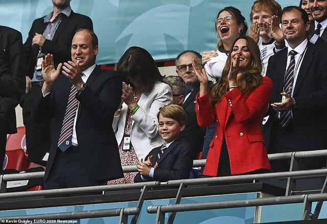 """""""Đức vua tương lai"""" George ngồi hàng ghế đầu, diện vest bảnh bao chiếm sóng tại trận Anh - Đức tối qua, biểu cảm ăn mừng đốn tim công chúng - Ảnh 6."""