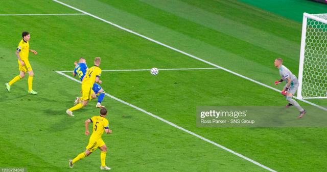Cẳng chân của cầu thủ Ukraine bị đối thủ Thuỵ Điển đạp thành hình gấp khúc - Ảnh 7.