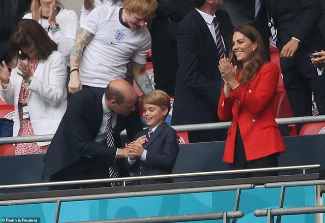 """""""Đức vua tương lai"""" George ngồi hàng ghế đầu, diện vest bảnh bao chiếm sóng tại trận Anh - Đức tối qua, biểu cảm ăn mừng đốn tim công chúng - Ảnh 7."""