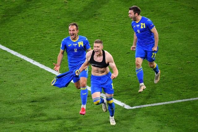 Cẳng chân của cầu thủ Ukraine bị đối thủ Thuỵ Điển đạp thành hình gấp khúc - Ảnh 8.