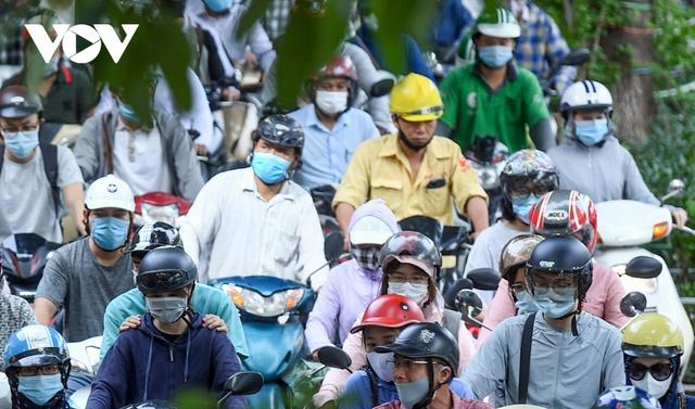 Nới lỏng một số hoạt động, đường phố Hà Nội lại tái diễn cảnh tắc nghẽn - Ảnh 8.