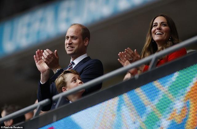 """""""Đức vua tương lai"""" George ngồi hàng ghế đầu, diện vest bảnh bao chiếm sóng tại trận Anh - Đức tối qua, biểu cảm ăn mừng đốn tim công chúng - Ảnh 8."""