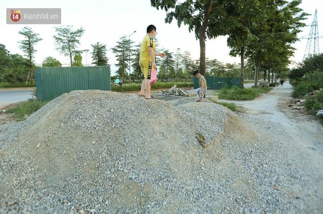 Ảnh: Đại lộ nghìn tỷ Chu Văn An nhếch nhác rác thải, vật liệu xây dựng sau 7 năm thi công - Ảnh 9.