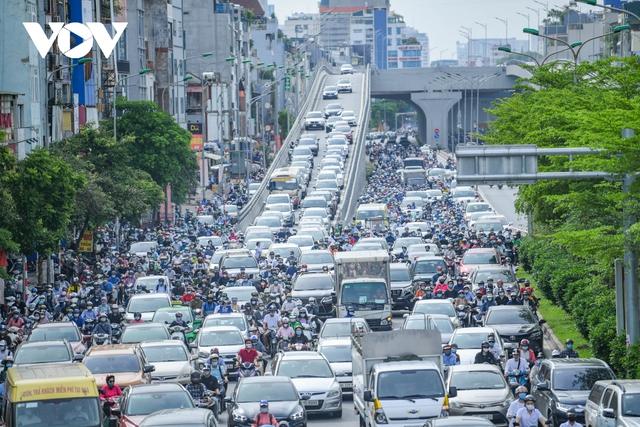 Nới lỏng một số hoạt động, đường phố Hà Nội lại tái diễn cảnh tắc nghẽn - Ảnh 9.