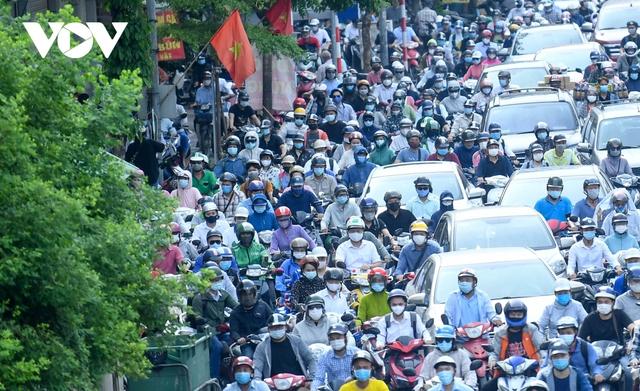 Nới lỏng một số hoạt động, đường phố Hà Nội lại tái diễn cảnh tắc nghẽn - Ảnh 10.
