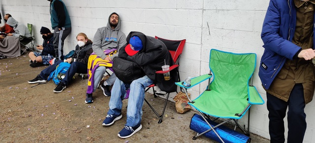 Đừng nhầm họ xếp hàng mua iPhone, những người này phải cắm trại qua đêm để chờ mua một mẫu card đồ hoạ mới - Ảnh 2.