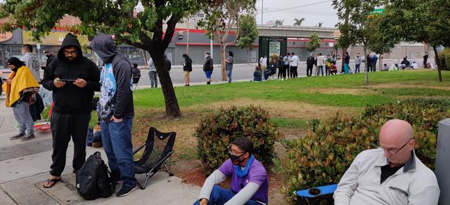 Đừng nhầm họ xếp hàng mua iPhone, những người này phải cắm trại qua đêm để chờ mua một mẫu card đồ hoạ mới - Ảnh 3.