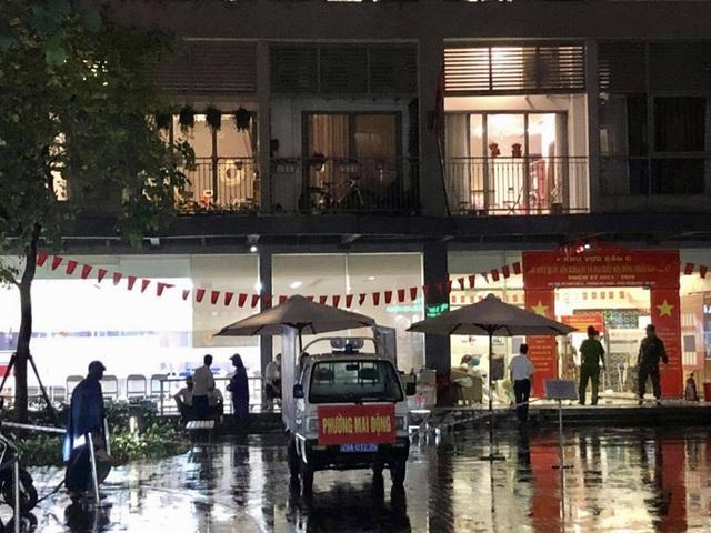 Phong tỏa tòa nhà ở Times City để truy vết liên quan ca dương tính SARS-CoV-2 mới  - Ảnh 1.