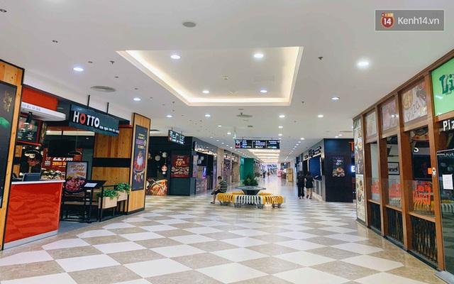 Trung tâm thương mại ở Hà Nội vắng chưa từng thấy giữa đợt Covid-19 thứ 4: Người dân đến chỉ để đi siêu thị? - Ảnh 1.