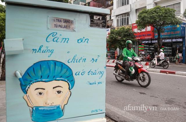 Bốt điện ở Hà Nội biến thành tác phẩm nghệ thuật đường phố tôn vinh các chiến sĩ áo trắng chống dịch - Ảnh 2.