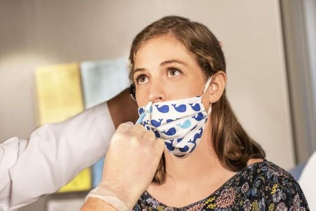 Nghiên cứu công bố nước súc miệng có thể giảm lượng virus, ngăn chặn lây lan Covid-19: Các nhà khoa học nói gì? - Ảnh 1.