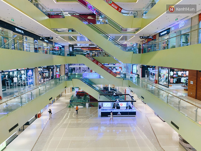 Trung tâm thương mại ở Hà Nội vắng chưa từng thấy giữa đợt Covid-19 thứ 4: Người dân đến chỉ để đi siêu thị? - Ảnh 11.