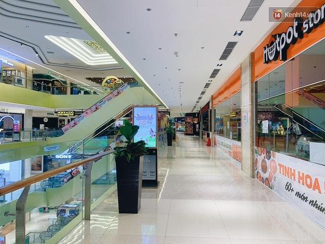 Trung tâm thương mại ở Hà Nội vắng chưa từng thấy giữa đợt Covid-19 thứ 4: Người dân đến chỉ để đi siêu thị? - Ảnh 12.
