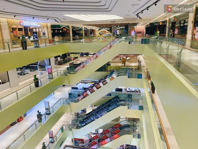 Trung tâm thương mại ở Hà Nội vắng chưa từng thấy giữa đợt Covid-19 thứ 4: Người dân đến chỉ để đi siêu thị? - Ảnh 14.