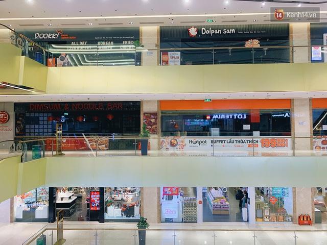 Trung tâm thương mại ở Hà Nội vắng chưa từng thấy giữa đợt Covid-19 thứ 4: Người dân đến chỉ để đi siêu thị? - Ảnh 15.