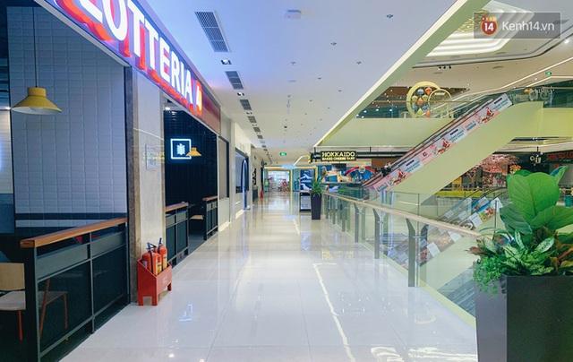 Trung tâm thương mại ở Hà Nội vắng chưa từng thấy giữa đợt Covid-19 thứ 4: Người dân đến chỉ để đi siêu thị? - Ảnh 18.