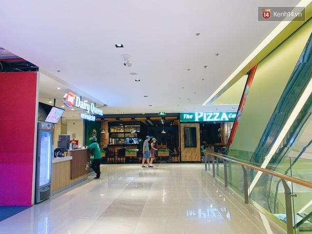 Trung tâm thương mại ở Hà Nội vắng chưa từng thấy giữa đợt Covid-19 thứ 4: Người dân đến chỉ để đi siêu thị? - Ảnh 19.