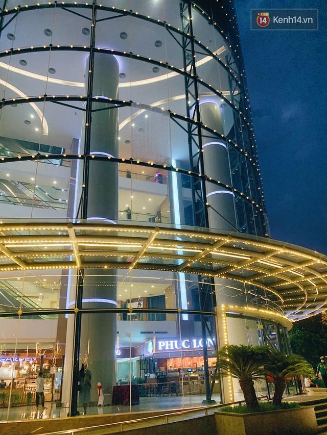 Trung tâm thương mại ở Hà Nội vắng chưa từng thấy giữa đợt Covid-19 thứ 4: Người dân đến chỉ để đi siêu thị? - Ảnh 21.