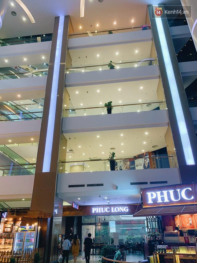 Trung tâm thương mại ở Hà Nội vắng chưa từng thấy giữa đợt Covid-19 thứ 4: Người dân đến chỉ để đi siêu thị? - Ảnh 22.