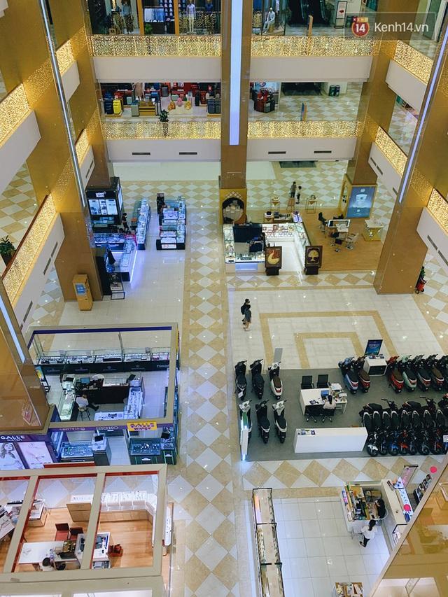 Trung tâm thương mại ở Hà Nội vắng chưa từng thấy giữa đợt Covid-19 thứ 4: Người dân đến chỉ để đi siêu thị? - Ảnh 23.