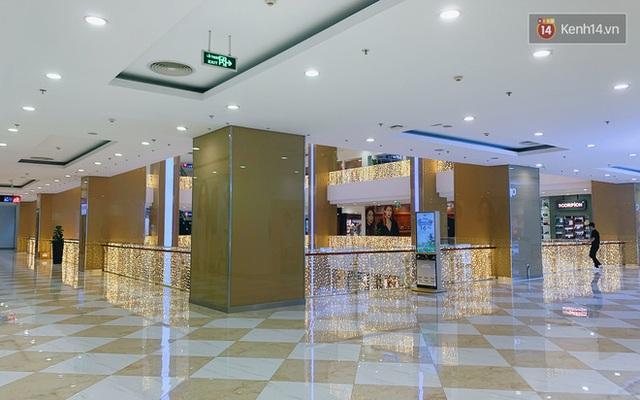 Trung tâm thương mại ở Hà Nội vắng chưa từng thấy giữa đợt Covid-19 thứ 4: Người dân đến chỉ để đi siêu thị? - Ảnh 25.