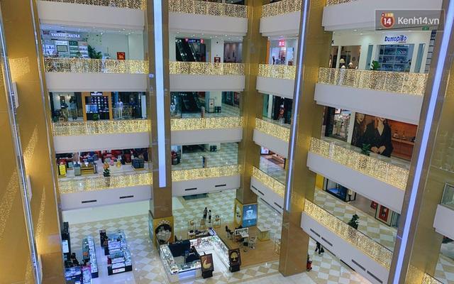 Trung tâm thương mại ở Hà Nội vắng chưa từng thấy giữa đợt Covid-19 thứ 4: Người dân đến chỉ để đi siêu thị? - Ảnh 26.
