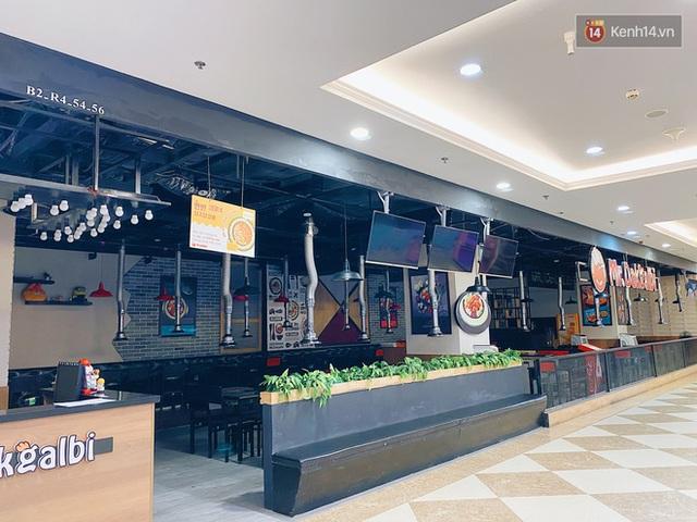 Trung tâm thương mại ở Hà Nội vắng chưa từng thấy giữa đợt Covid-19 thứ 4: Người dân đến chỉ để đi siêu thị? - Ảnh 4.