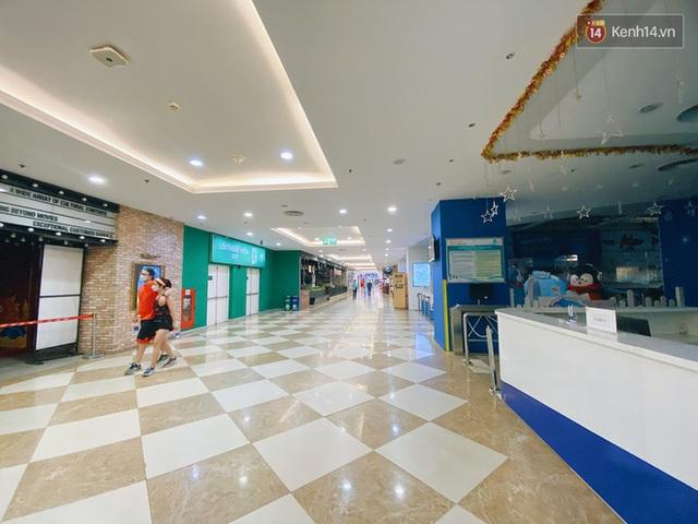 Trung tâm thương mại ở Hà Nội vắng chưa từng thấy giữa đợt Covid-19 thứ 4: Người dân đến chỉ để đi siêu thị? - Ảnh 5.