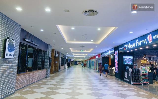 Trung tâm thương mại ở Hà Nội vắng chưa từng thấy giữa đợt Covid-19 thứ 4: Người dân đến chỉ để đi siêu thị? - Ảnh 6.