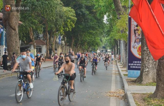 Người Hà Nội đổ xô đi thuê xe đạp, tiểu thương ung dung kiếm tiền triệu mỗi ngày - Ảnh 2.