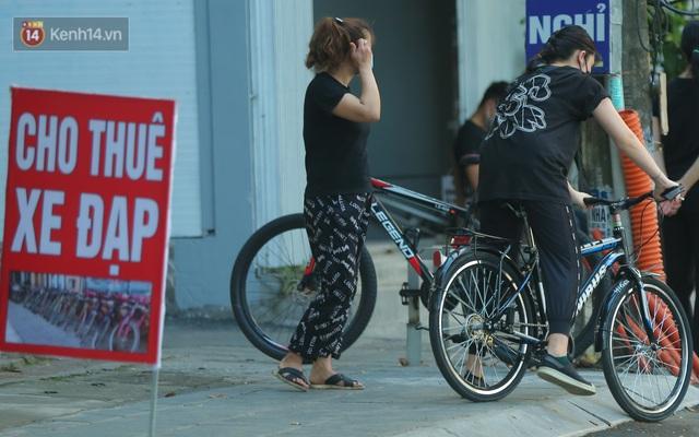 Người Hà Nội đổ xô đi thuê xe đạp, tiểu thương ung dung kiếm tiền triệu mỗi ngày - Ảnh 7.