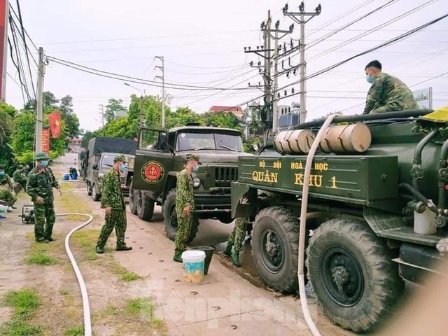 Cận cảnh Quân đội phun hóa chất khử khuẩn tại 'điểm nóng' Hữu Lũng (Lạng Sơn)  - Ảnh 2.