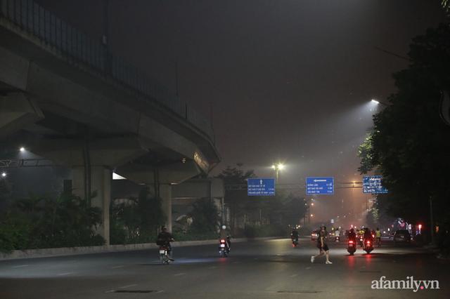 Chuyên gia tiết lộ nguyên nhân vì sao bầu trời Hà Nội bỗng dưng mù mịt, lên đỉnh thế giới về ô nhiễm không khí - Ảnh 1.