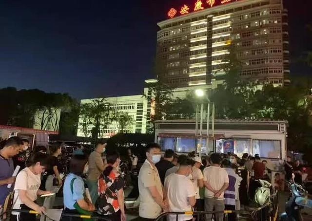 Đâm chém trên đường phố Trung Quốc, 20 người thương vong  - Ảnh 2.