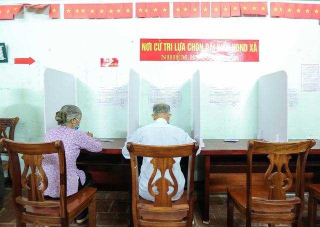 CLIP: Cận cảnh người dân đi bỏ phiếu lại sau khi có vi phạm  - Ảnh 12.