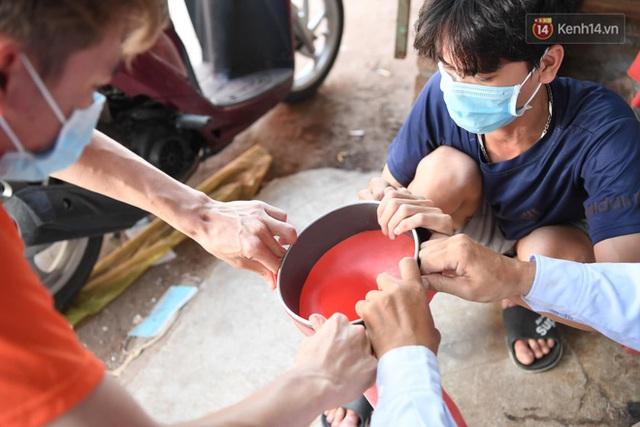 Ảnh: Sau hơn 100 giờ thai nghén, buồng lấy mẫu xét nghiệm kín, gắn điều hoà đã được chuyển tới tâm dịch Bắc Giang - Ảnh 13.